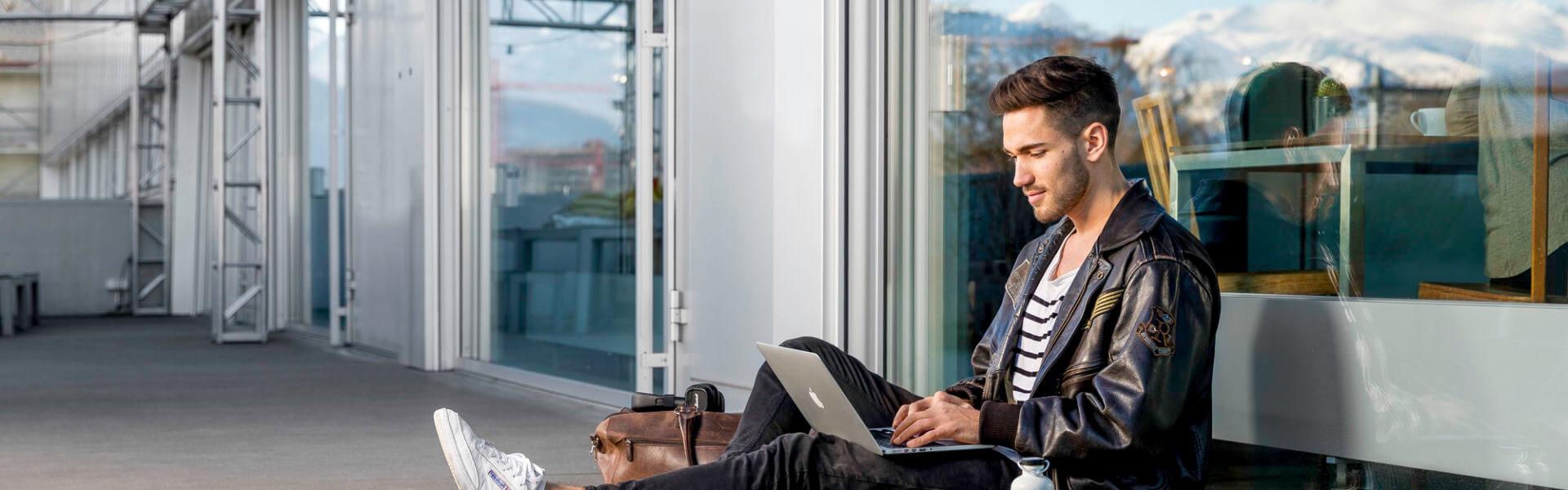 Netzwerktechniker studiert Laptop